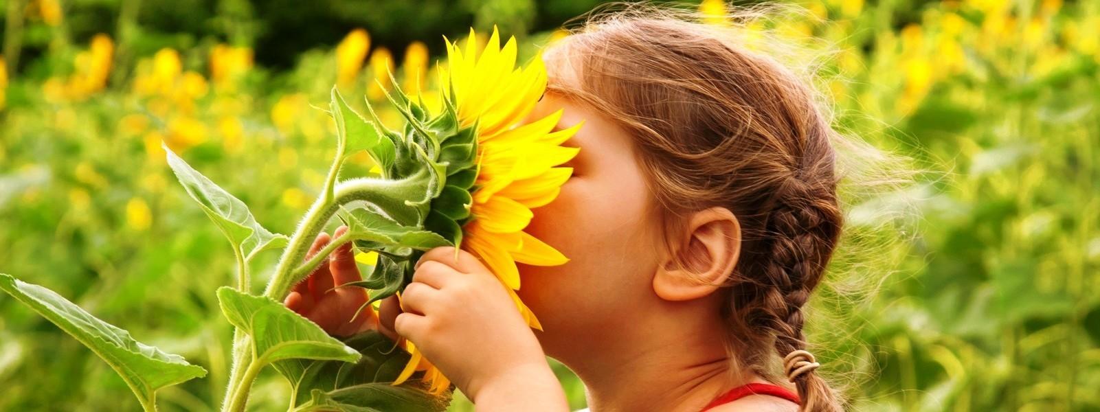 articole_child-smelling-flower.jpg